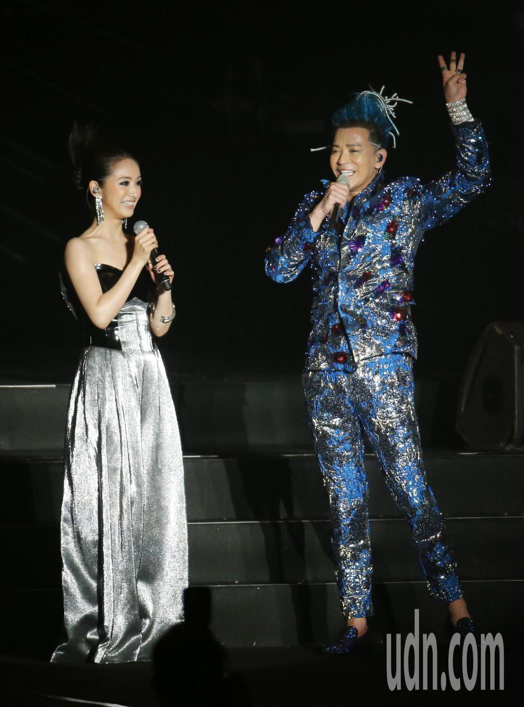 陳曉東(右)晚間在南港展覽館舉辦演唱會,他與特別嘉賓林依晨(左)合唱「突然心動」...