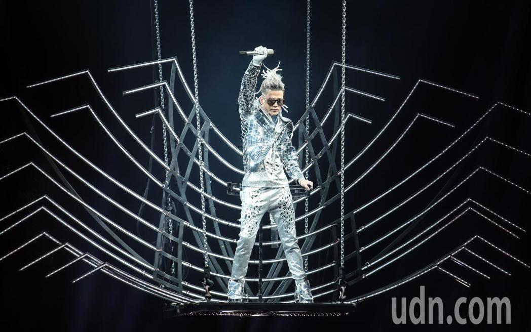 港星陳曉東,晚間在南港展覽館舉辦演唱會,以一身閃亮勁裝從天而降。記者許正宏/攝影