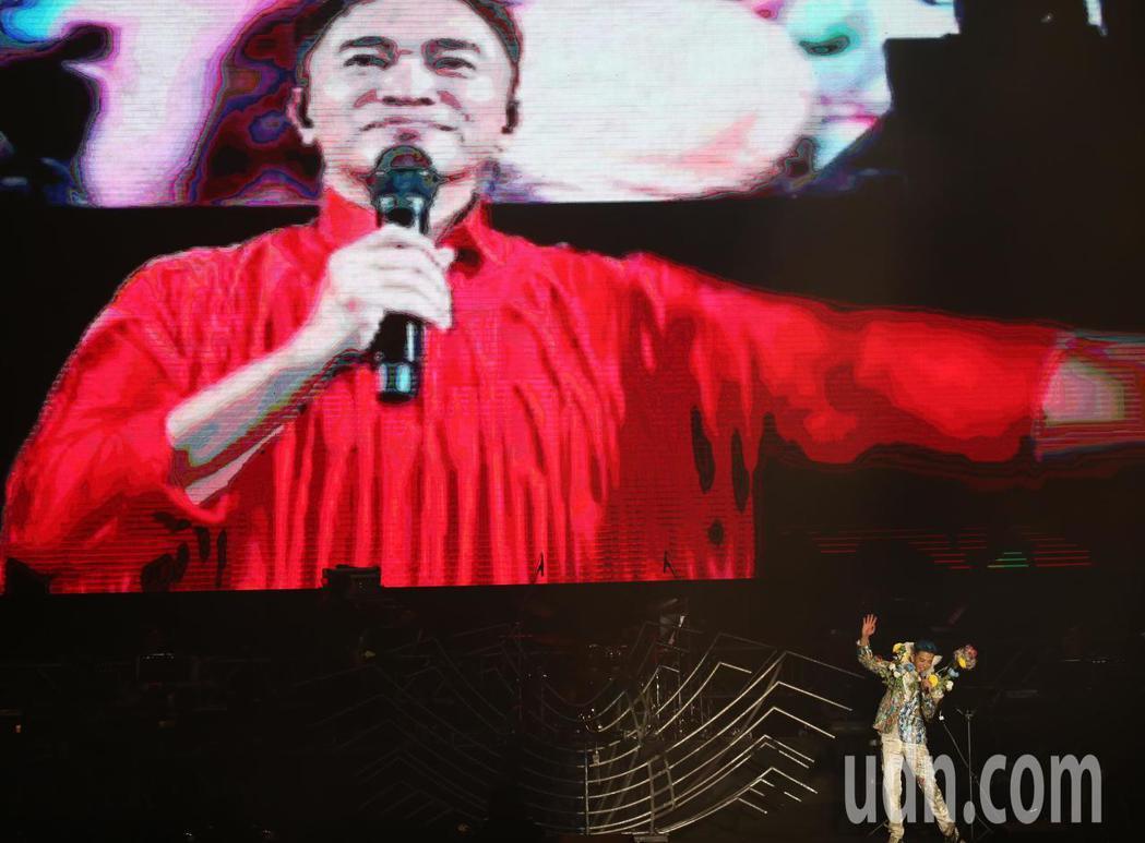 陳曉東(右)晚間在南港展覽館舉辦演唱會,他與同為今天舉辦演唱會的吳宗憲視訊連線,...