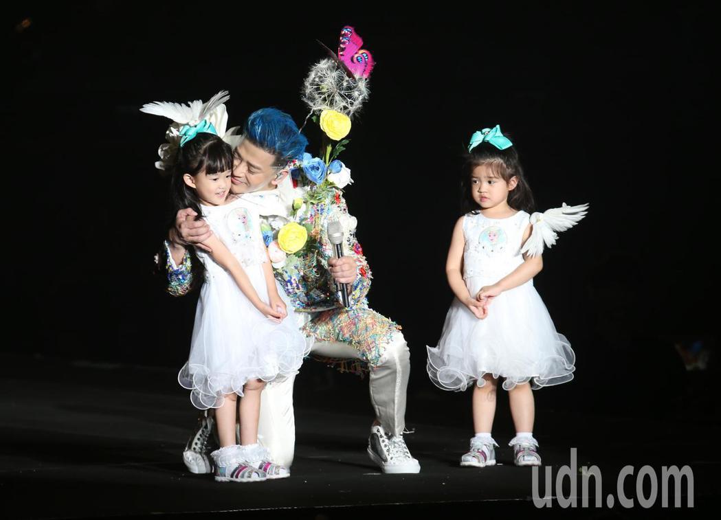 陳曉東(中)晚間在南港展覽館舉辦演唱會,中場他與兩個女兒同台跳起海帶舞,讓歌迷驚...