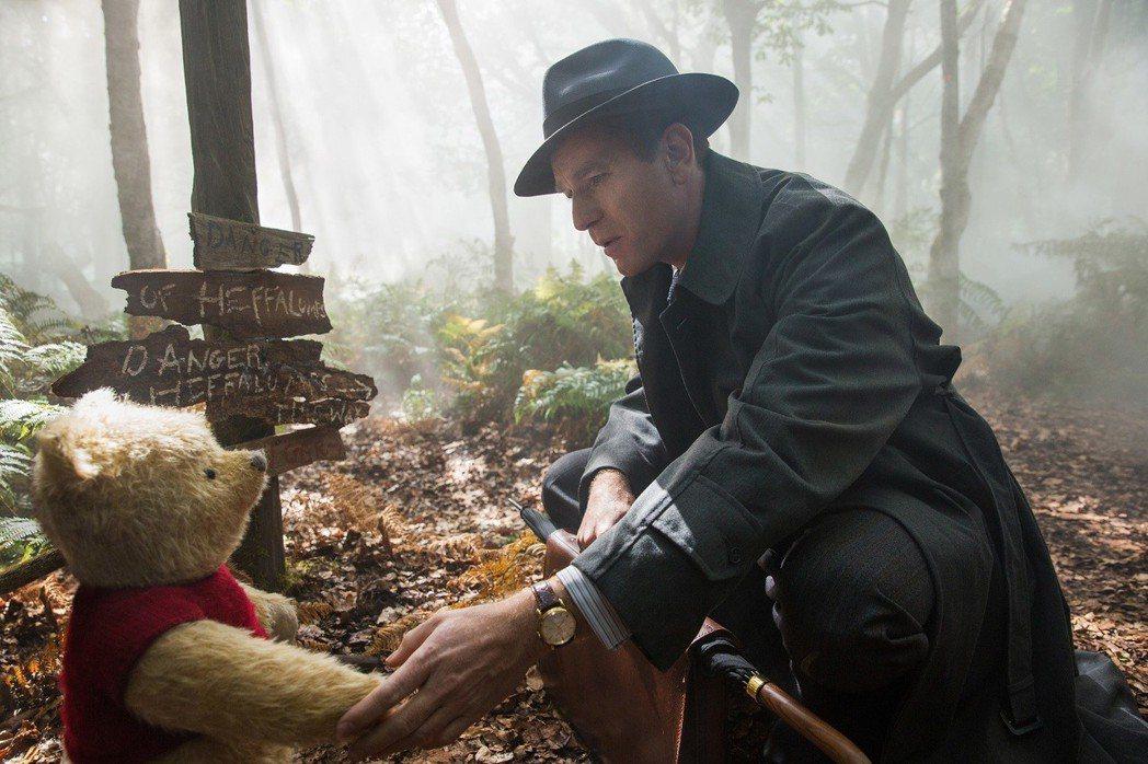 伊旺麥奎格在「摯友維尼」扮演長大後的克里斯多弗羅賓。圖/迪士尼提供