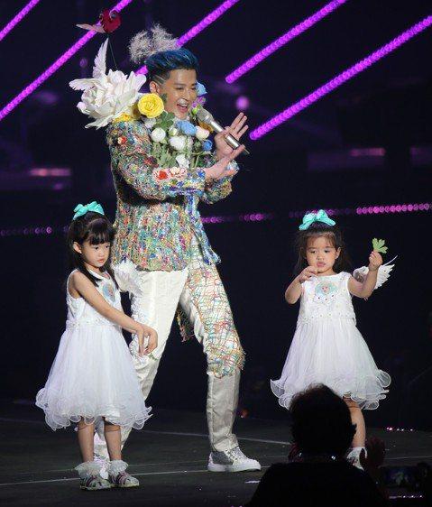 陳曉東28日在南港展覽館開唱,他相隔4年在台灣舉辦演唱會,現場出招連連,除了找來林依晨合唱,也和同時間在台北小巨蛋開唱的吳宗憲連線,還把兩個寶貝女兒帶上台一起跳「海草舞」,4歲的「朵朵」和3歲的「多...
