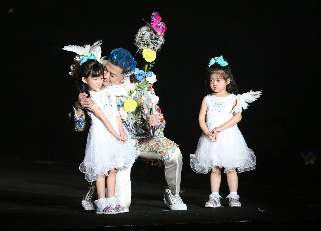 陳曉東和兩個女兒在台上合跳海草舞。記者許正宏/攝影