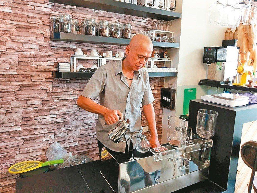 任職警界的王榮健,早早就開始規畫退休人生,一退休就完成開咖啡店的夢想。 圖╱王榮...