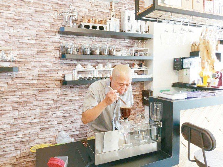 年輕時就接觸咖啡,王榮健對自己的「咖啡嘴」非常有自信。 圖╱王榮健提供