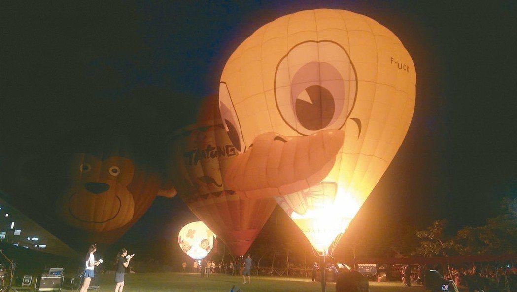 台東第五場熱氣球光雕中可愛的小鴨造型球,深受大人小孩喜愛,成為活動中的「嬌」點。...