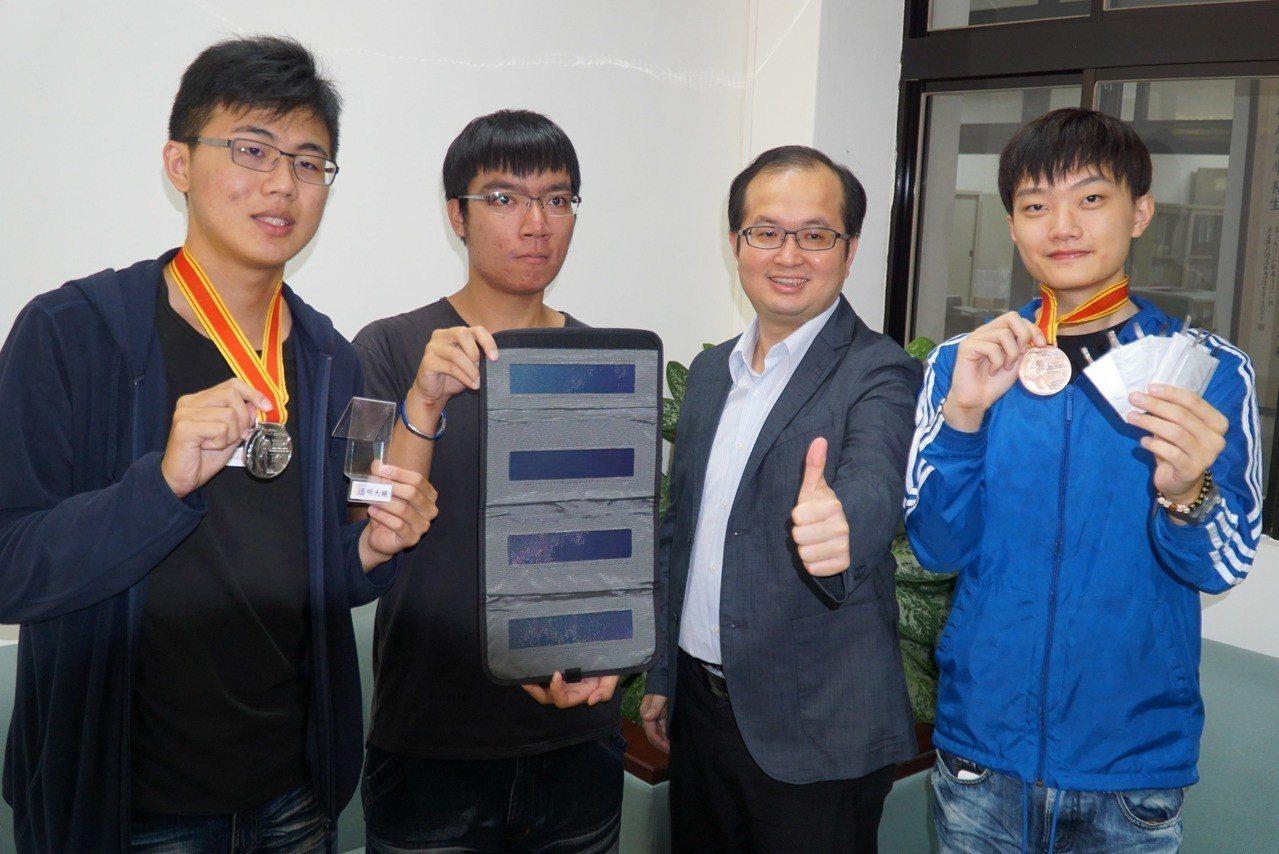 大葉大學電機工程系教授黃俊杰(右2)指導學生吳郁琦(左起)、丁柏豪、鄭楷錚,參加...