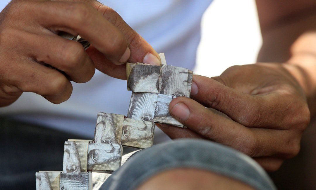 惡性通膨造成委內瑞拉國幣不值錢,難民用來編織提袋賺美元。 圖/取自網路