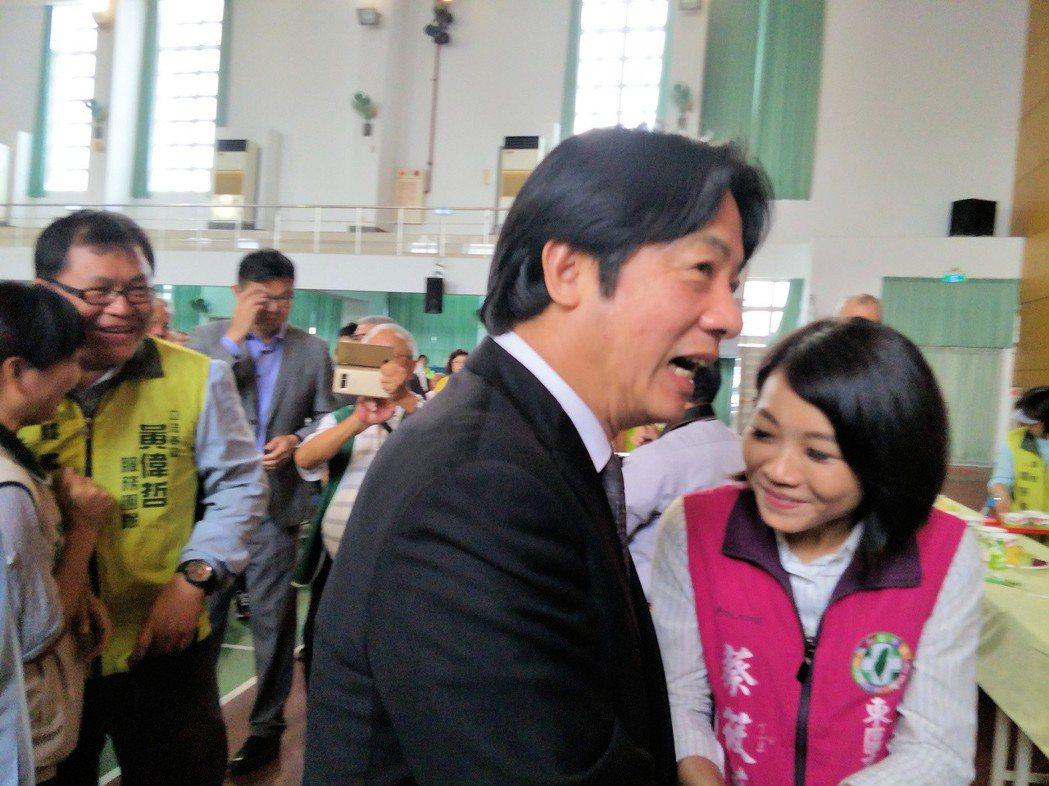 行政院長賴清德本月22日返回台南出席民進黨昔日後援會,黨內同仁爭相靠近握手或拍照...