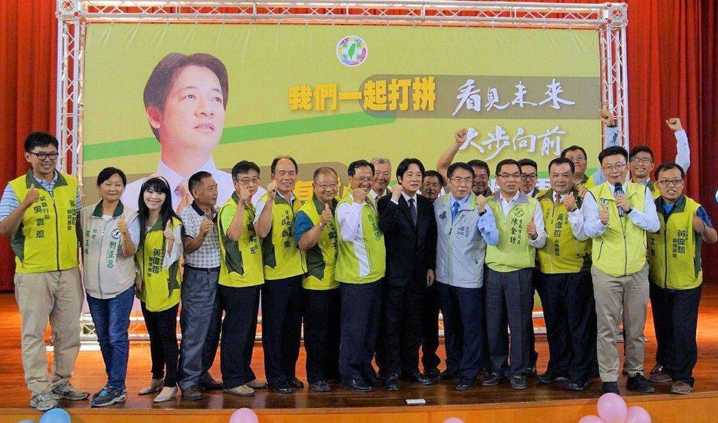 行政院長賴清德返回台南出席民進黨昔日後援會,黨內投入下屆選舉者爭相合照。 圖/民...