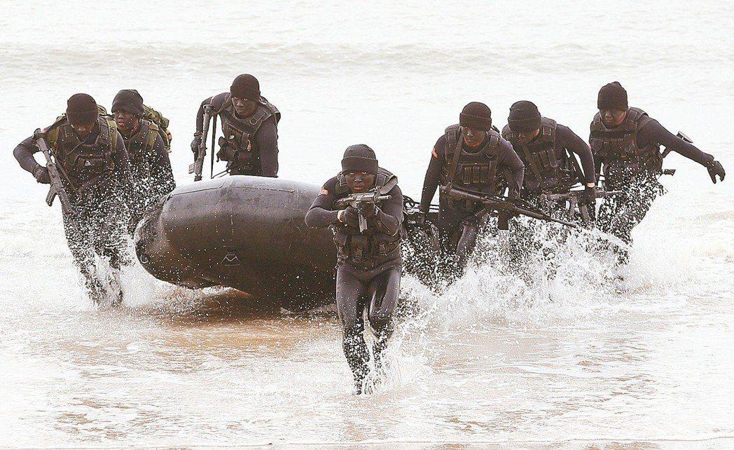 金門陸軍航特部兩棲偵察營,展示海龍蛙人乘橡皮艇到敵區上岸滲透的操演。圖╱聯合報系...