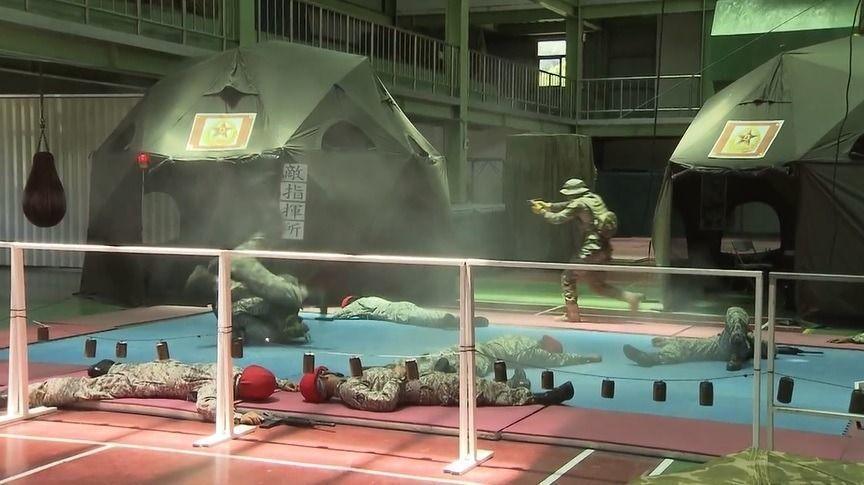 涼山特勤隊實施室內操演攻擊敵指揮所、搶救人質等戰術課程。圖╱翻攝軍聞社影片