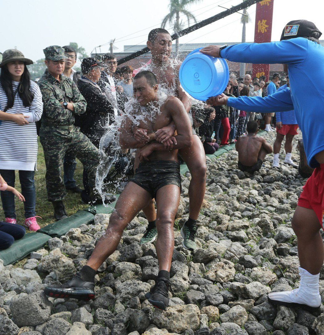 海軍陸戰隊蛙兵必須通過俗稱「天堂路」的礁石,過程十分艱苦。圖╱聯合報系資料照片