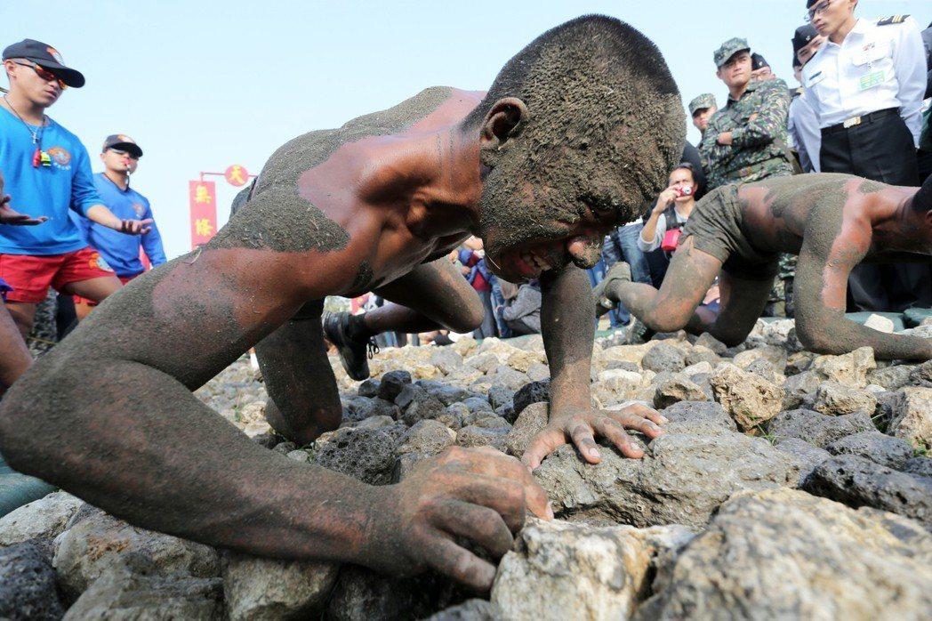海軍陸戰隊指揮部兩棲偵搜專長班綜合考驗週驗收,20多名蛙兵必須通過「天堂路」成為...