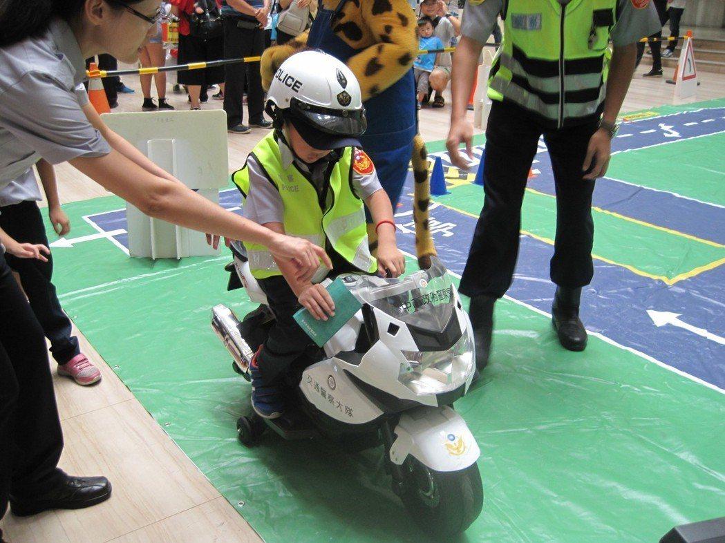 台中市警局昨天首次辦小小警察營活動,小朋友興奮騎小哈雷機車。 記者游振昇/攝影
