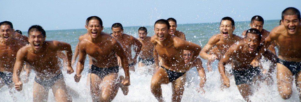 海軍司令部募兵月曆「八月先生」,人物是由兩棲偵搜大隊水中爆破中隊精壯上士為主角,...