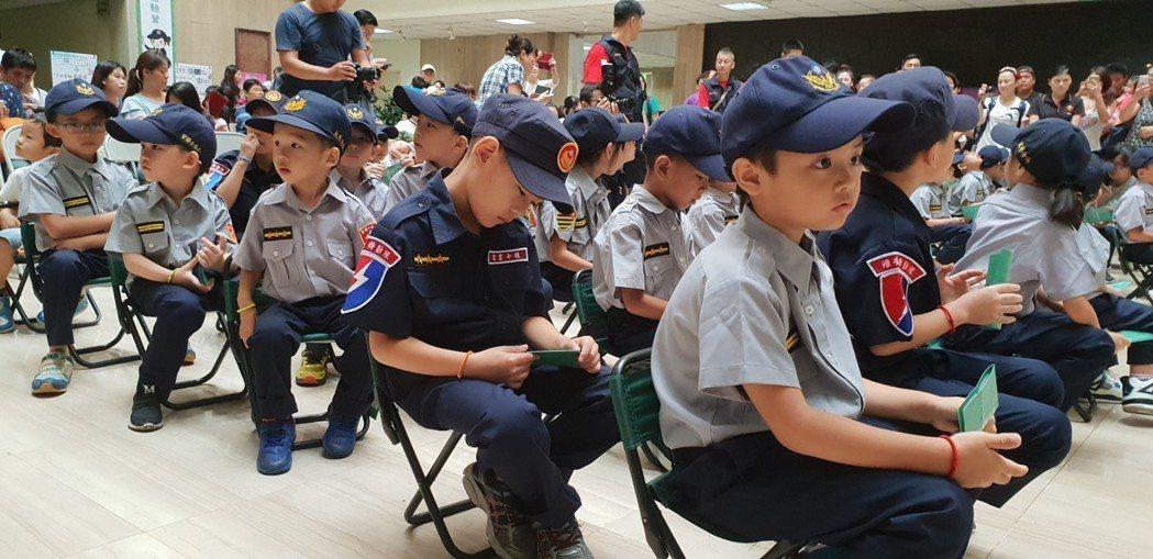 台中市警局昨天首次辦小小警察營活動,小朋友穿上警察制服。 記者游振昇/攝影