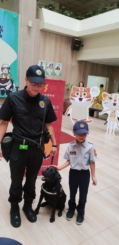 台中市警局小小警察營,小朋友興奮和警犬合照。 記者游振昇/攝影