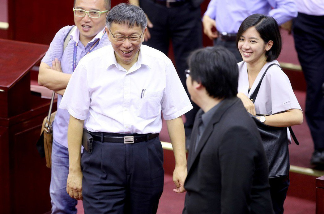 台北市長柯文哲(左)因一日幕僚掀起話題,幕僚「學姐」(右)也暴紅。 圖/聯合報系...