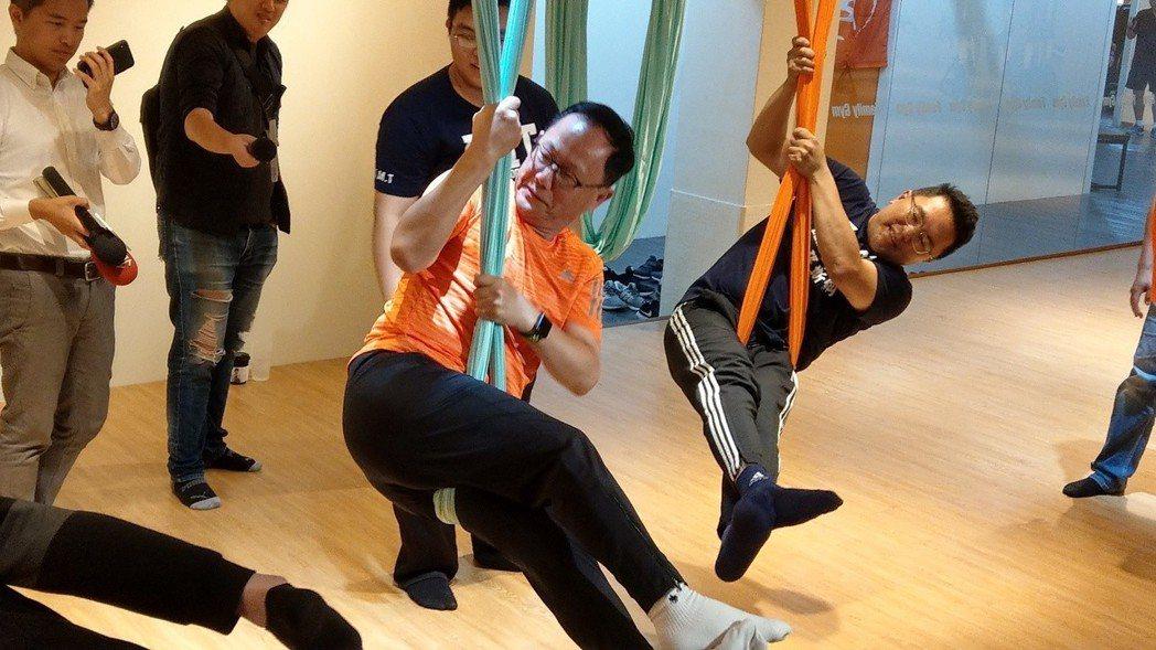 國民黨台北市長參選人丁守中挑戰空中瑜伽,拉近年輕人距離。 圖/聯合報系資料照片