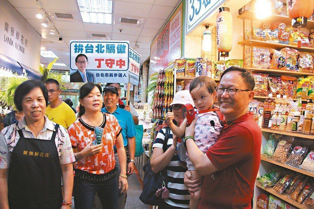 國民黨台北市長參選人丁守中(右一)近來頻走基層,全面衝刺。 圖/聯合報系資料照片