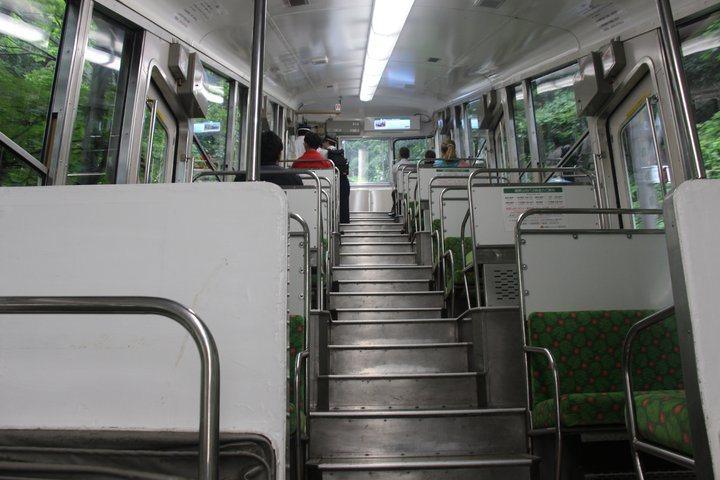 纜車車廂內一景,短短的五分鐘,非常刺激。 圖/背包客棧