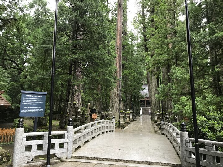 弘法大師的御廟,過橋後就不能拍照了。 圖/背包客棧