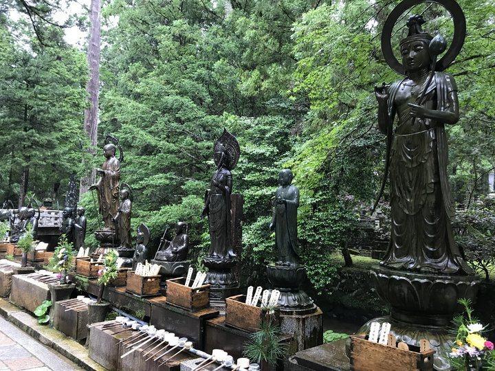 進入御廟前,先向觀音和菩薩灑水,洗滌心靈。 圖/背包客棧