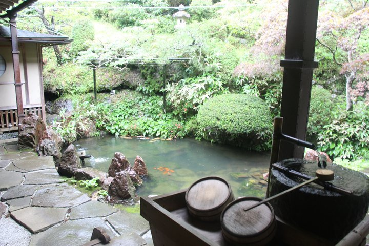 寺院裡的庭園造景。 圖/背包客棧