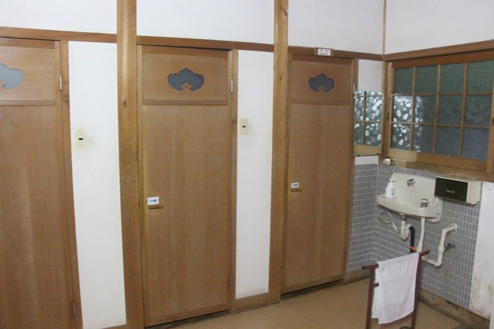 宿坊內的廁所。 圖/背包客棧