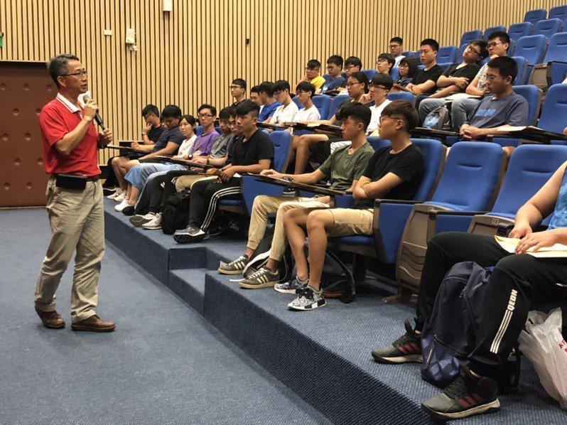 國立勤益科技大學附設進修學院暨專科進修學校校務主任邱文志(左)說,選擇該學院就讀,非關成績而是選擇。圖/國立勤益科技大學提供