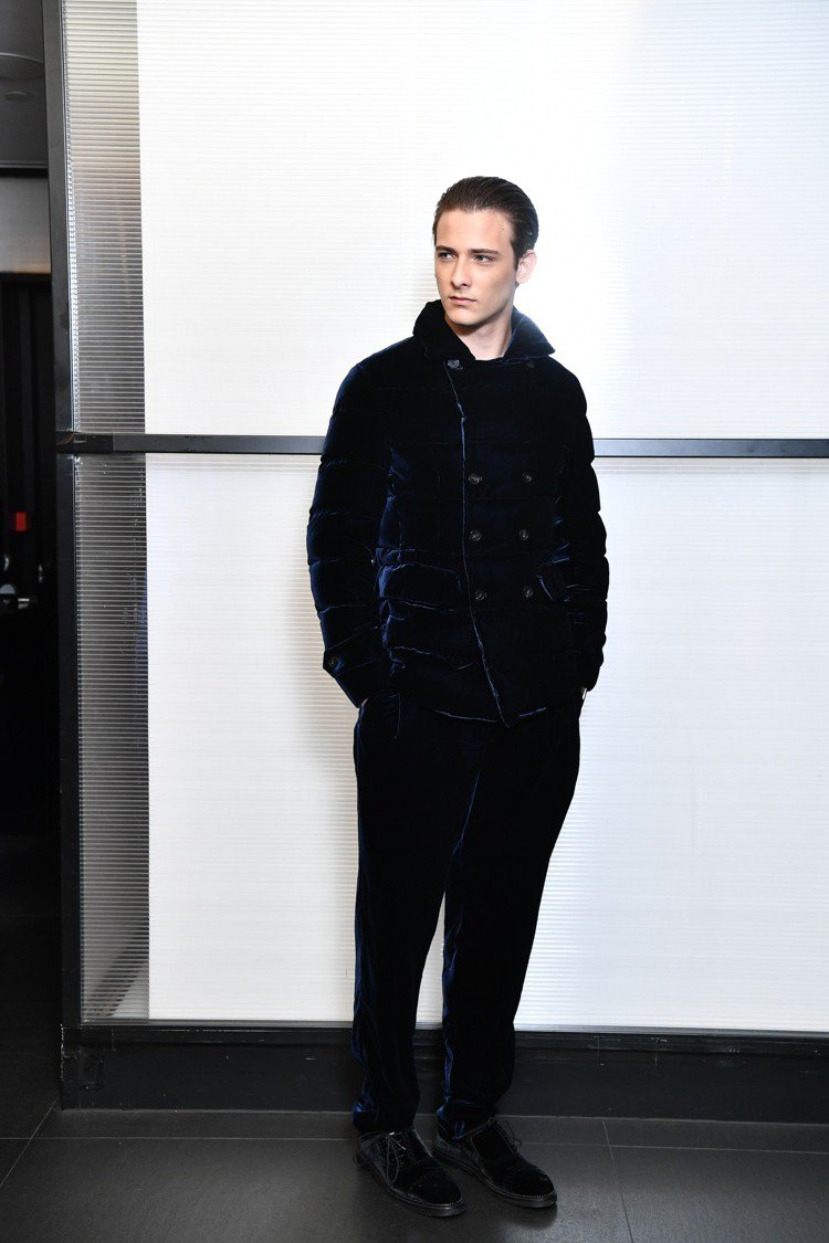 帶羊毛皮草的外套和仿馬皮效果的山羊皮夾克則是Emporio Armani秋冬男裝...