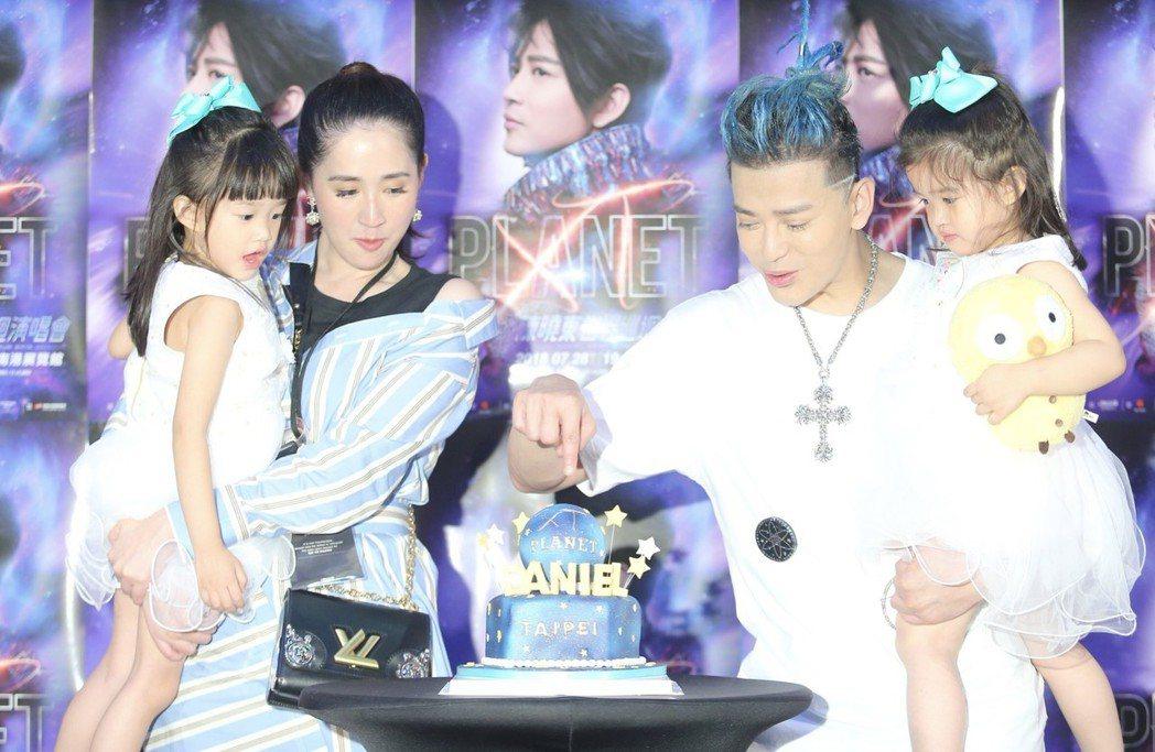 陳曉東和老婆、兩個女兒一起出席演唱會慶功記者會。記者許正宏/攝影