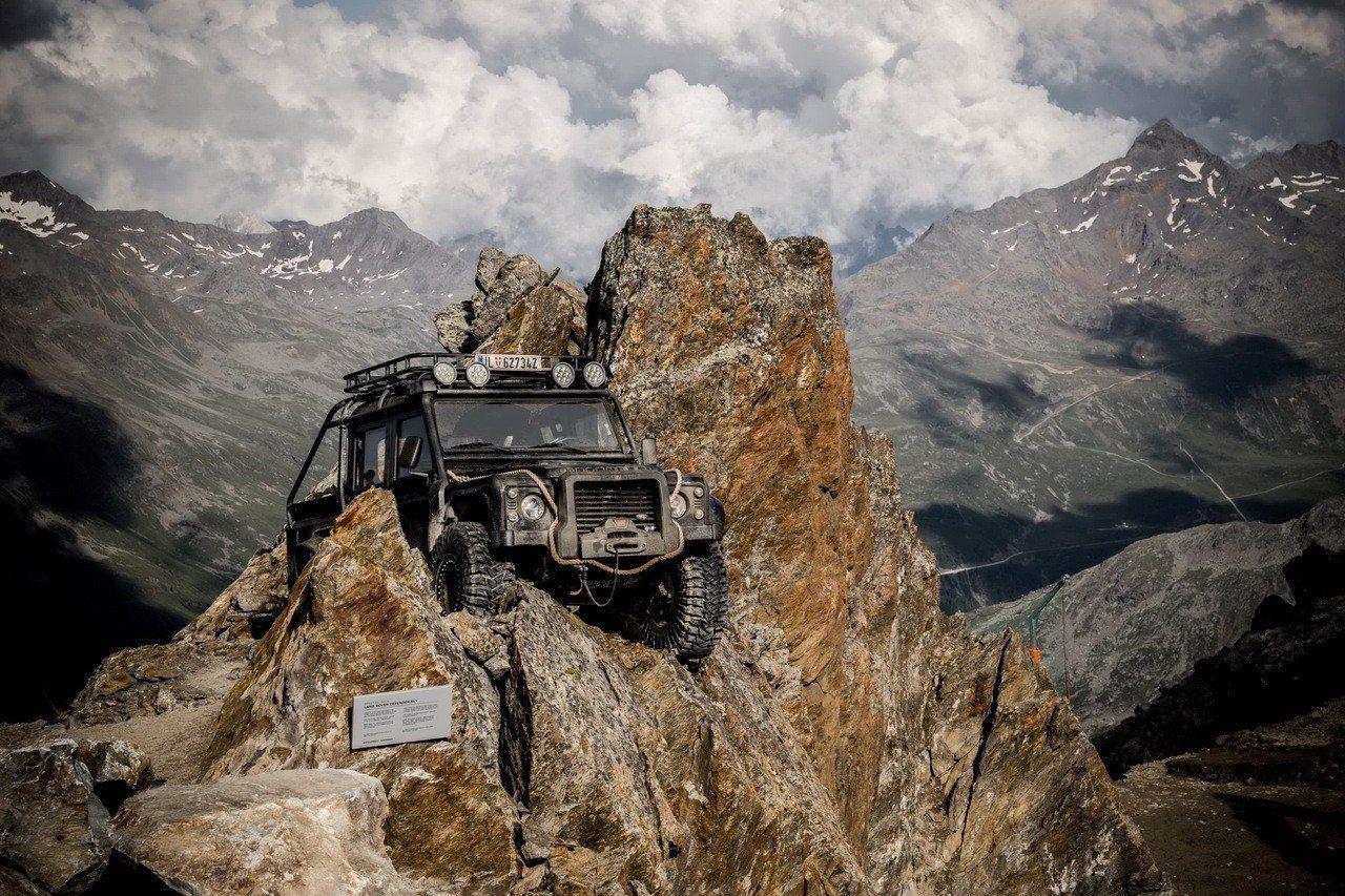 電影中由歹徒辛克斯的心腹駕駛的 Land Rover 經典車款 Defender...