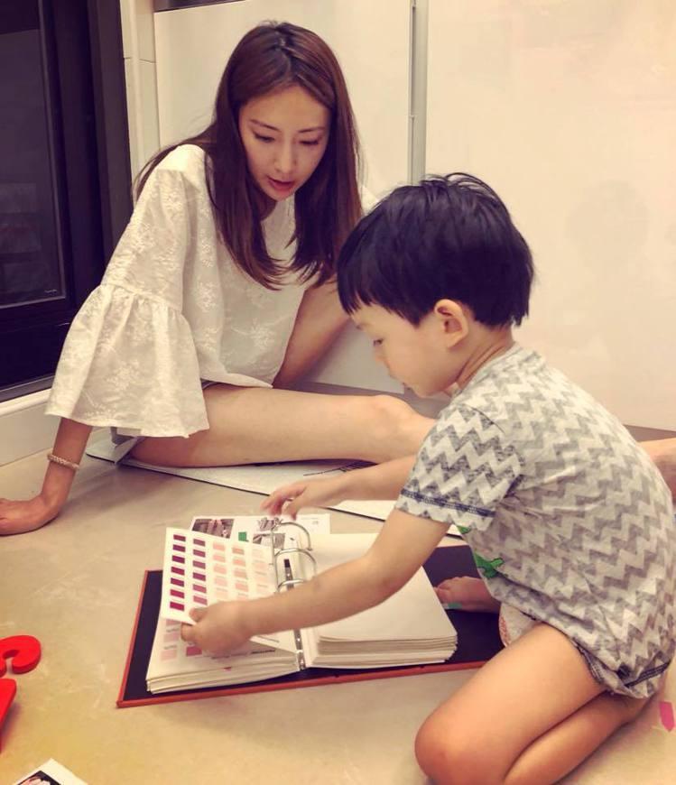 隋棠在粉絲團上分享兒子陪她一起看布選色、參與設計的照片,同時宣傳她身上穿的自有品...