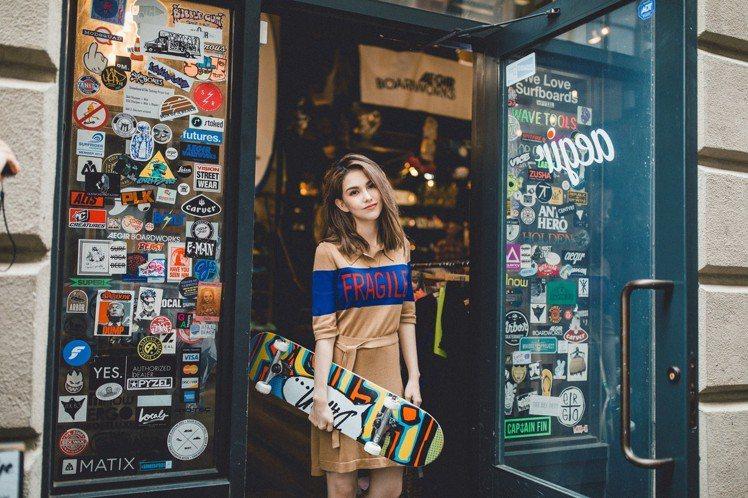 昆凌擔任自創品牌「JENDES」模特兒拍攝型錄。圖/摘自JENDES官網