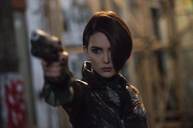 昆凌在《摩天大樓》中扮演女殺手。圖/環球影業提供