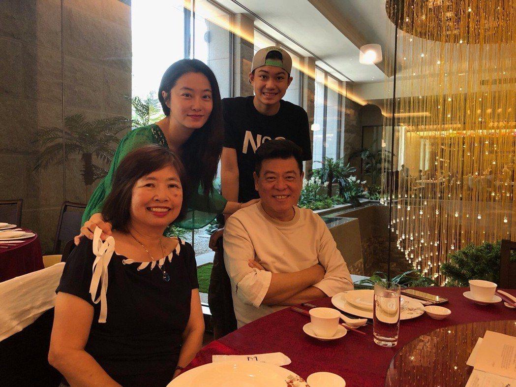 孫德榮(前排右)今和趙小僑(後排左)相約吃飯。