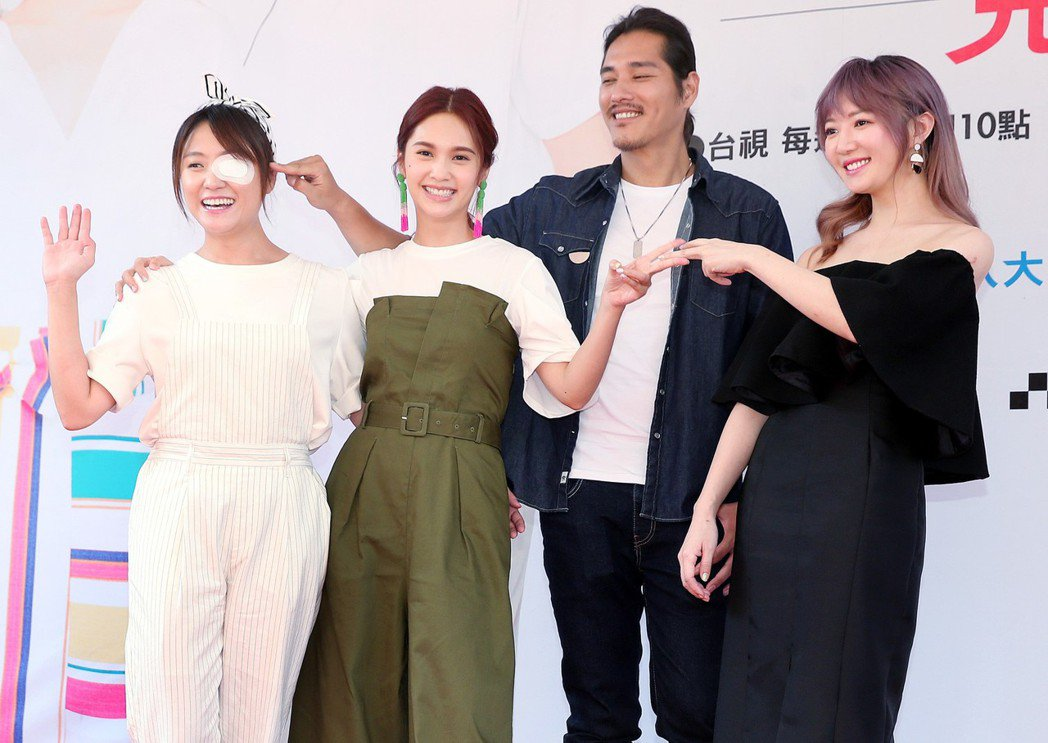 海裕芬(左起)、楊丞琳、藍正龍、李杏出席「前男友不是人」原創小說見面簽書會。記者...