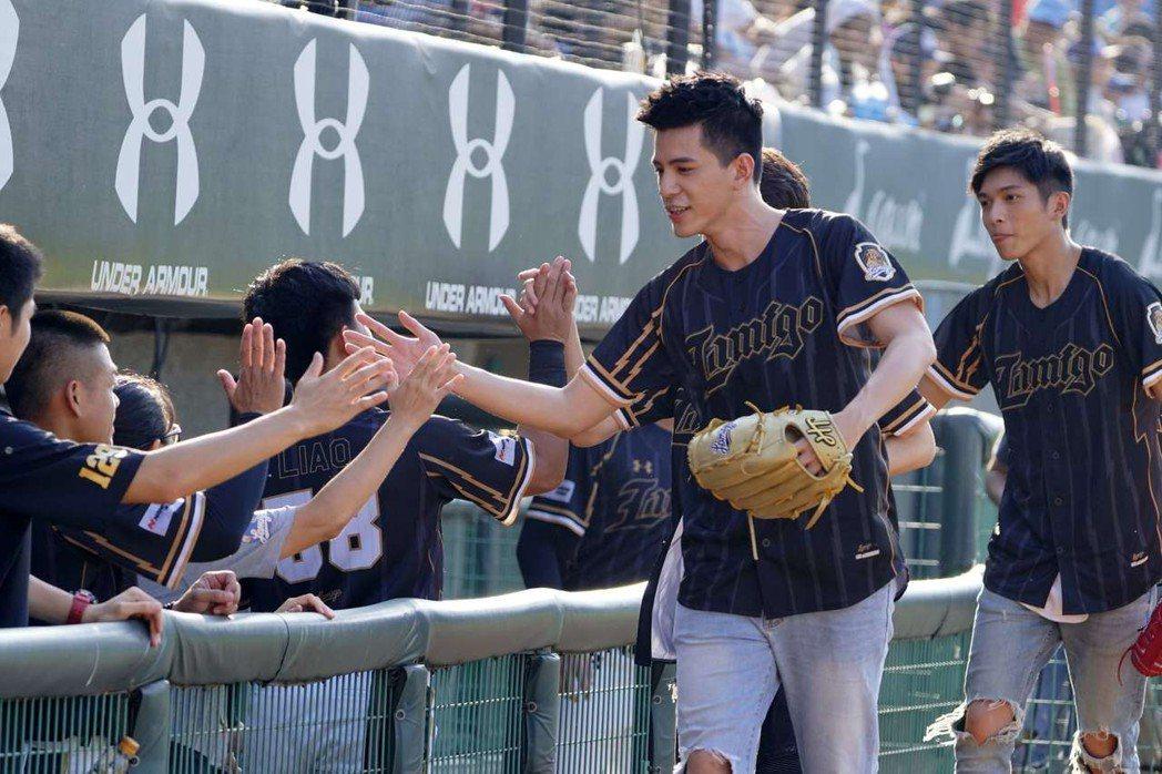 林柏叡(右2)、林輝瑝與Lamigo桃猿隊球員擊掌。圖/Lamigo桃猿隊提供