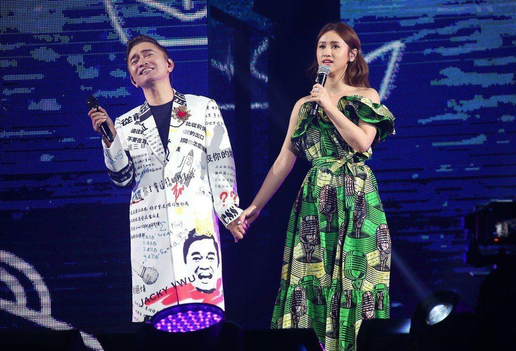 吳宗憲(左)跟女兒合唱2首歌曲。圖/華貴娛樂提供