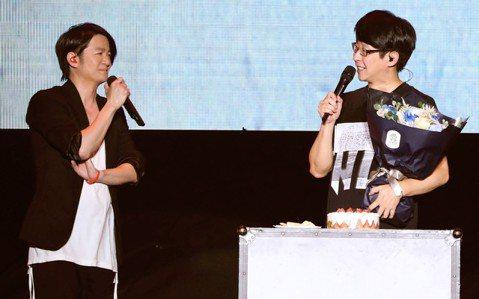 五月天「人生無限公司」巡演28日在上海邁入第101場,恰巧是鼓手冠佑的45歲生日,特別嘉賓GLAY主唱TERU自掏腰包、專程獻花送蛋糕替他慶生,阿信在旁吃味怨說:「接下來是我生日,換我!」他們把第1...