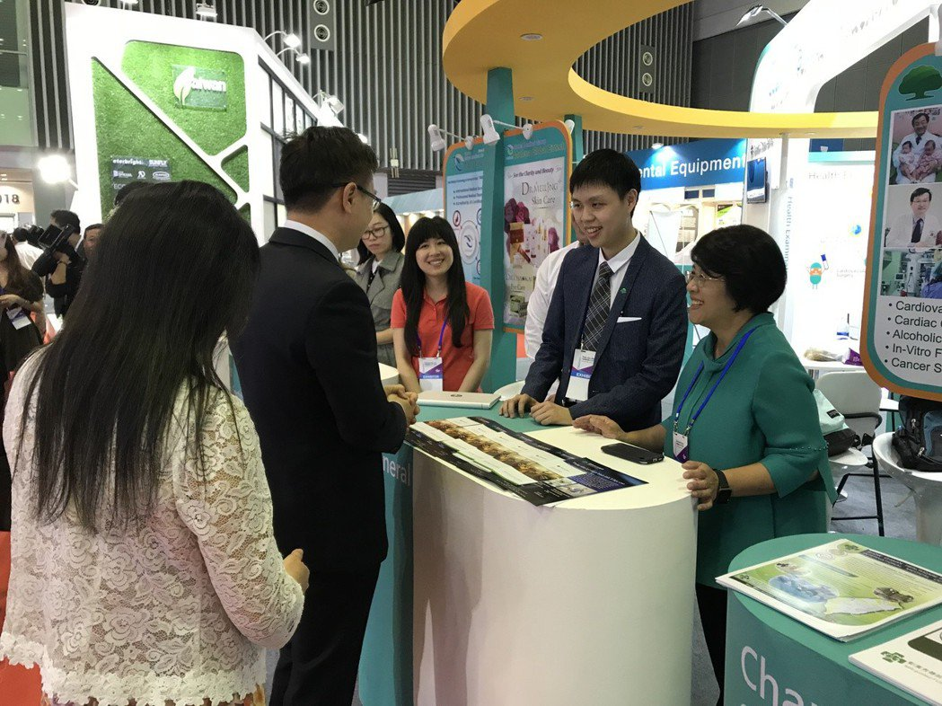 國泰醫院在越南參與台灣形象展,展出多年來醫療成果,深受當地民眾好評。圖/國泰醫院...