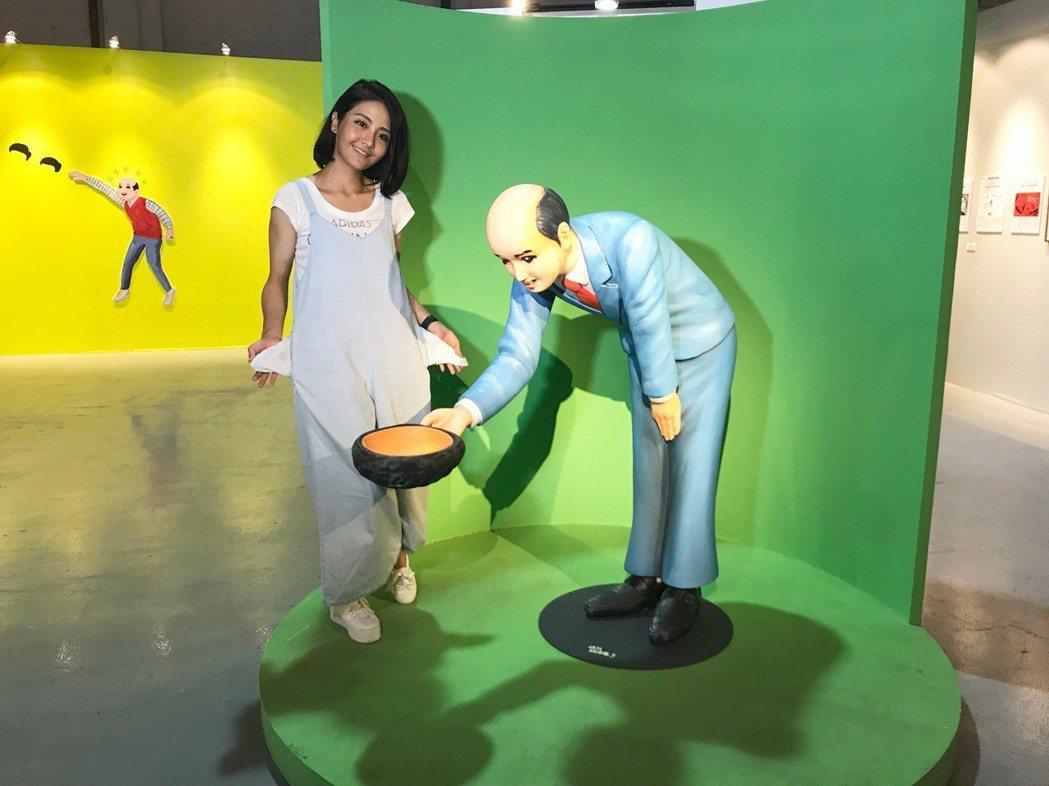 李宣榕參觀「五月女桂子的逆襲」展覽。圖/寬宏藝術提供
