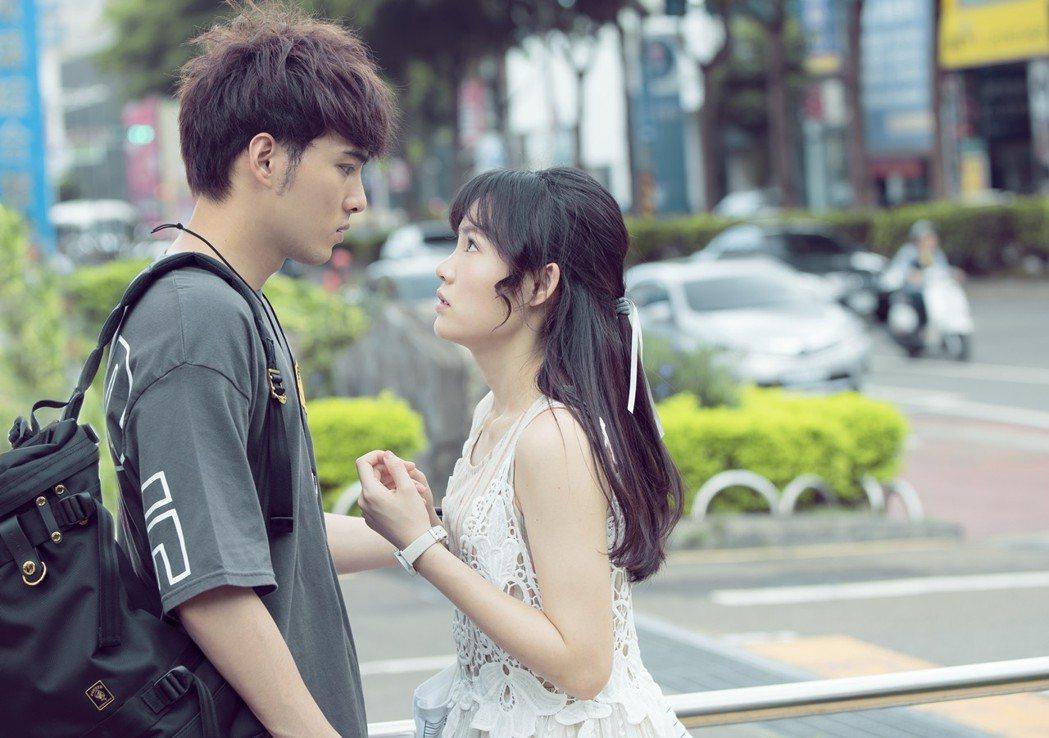 黃偉晉、吳心緹演出「搖滾畢業生」。圖/華視提供