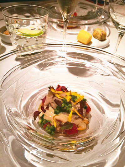 冷盤上桌,鯖魚、鮪魚與沙丁魚混搭的高湯,節瓜、花瓣各自展現繽紛。 記者羅建怡/攝...
