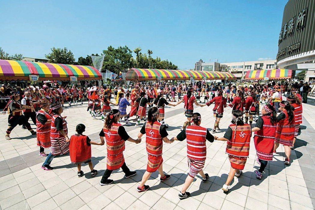 桃園市原住民族豐年祭活動,住都會區住民穿著傳統服飾跳迎賓舞。 記者張弘昌/攝影