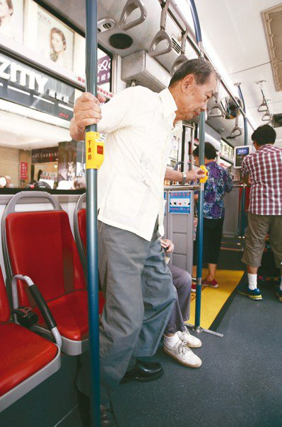 許多長者搭公車,擔心自己行動緩慢影響上下車,在公車還沒到站前就起身移動,很容易因...
