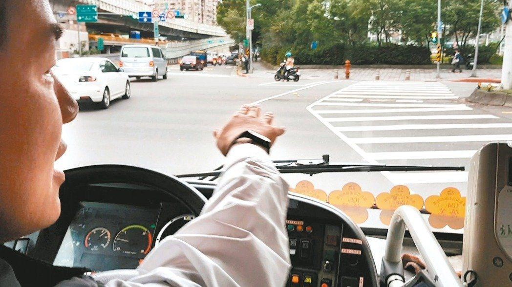 公車司機的工時問題常被忽視,但若司機疲勞駕駛也會影響到乘客及行人安全。 圖/聯合...