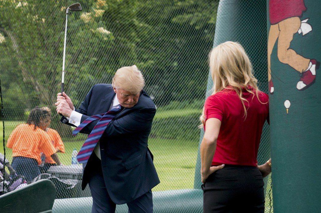 今年5月美國白宮舉辦運動健身日推廣活動,川普小露一手揮桿美技。 (美聯社)